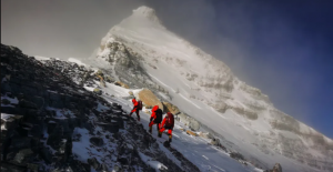 Everest'e Çıkan Dağcılar Zirvede Yeni Bir Rekora İmza Attı