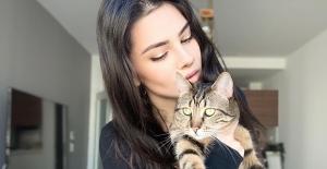 Kedisiyle Birlikte Resim Yaparak Enerjisini Yükseltiyor