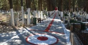 Adalızade Mezarlığı Kırmızı-Beyaza Büründü