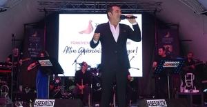 Altın Güvercin Coşkusu Ferhat Göçer'in Müzik Ziyafetiyle Sürdü