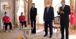 Cumhurbaşkanı Erdoğan, Türkiye 19 Yaş Altı Kız Voleybol Millî Takımı'nı Kabul Etti