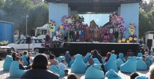 'Kamyon Tiyatrosu' Depremzede Çocuklar İçin İzmir'de