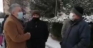 """CHP'li Arık Ucuz Elma Kuyruğundaki Vatandaşlarla Konuştu: """"Bu Kuyruk Yokluk Kuyuğu"""""""