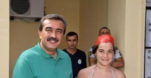 Çukurova Belediye Başkanı Çetin'den Minik Yüzücülere Sertifika
