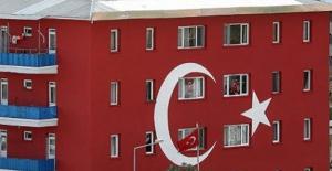 Van'da, Gürpınar İlçe Emniyet Amirliği Binası Türk Bayrağına Boyandı