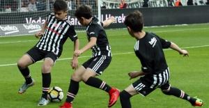"""""""Geleceğin Karakartalı"""" Olmaya Aday 4 Çocuk Beşiktaş-Göztepe Maçında Sahaya Çıktı"""