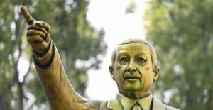 Almanya'da Cumhurbaşkanı Erdoğan'ın Heykeli 'Güvenlik' Gerekçesiyle Kaldırıldı
