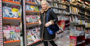 Rezzan Benardete Gece Mavisi Kadife Çantasıyla Gazete Bayiinden Çıkarken Görüntülendi