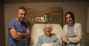 112 Yaşında Kapalı Ameliyatla Böbrek Taşından Kurtuldu