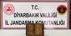 Diyarbakır'ın Bismil İlçesinde Altın Yazmalı Dini Motifli Kitap Ele Geçirildi