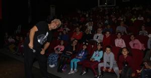 Kuşadası Belediyesi'nden Çocuklara Tiyatro Hediyesi