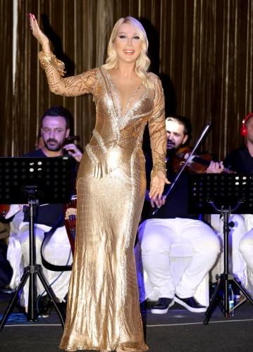 Seda Sayan'ın Cesur Kıyafeti Kıbrıs'a Damga Vurdu