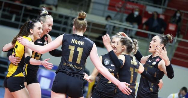 VakıfBank Final Serisinde 1-0 Öne Geçti