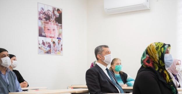 """Bakan Selçuk'tan Emekli Adaylarına """"Halk Eğitim Kurs"""" Daveti"""