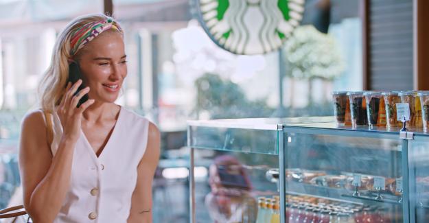 Mastercard ile Starbucks'tan Burcu Esmersoy'la Yıldız Yağmuru!