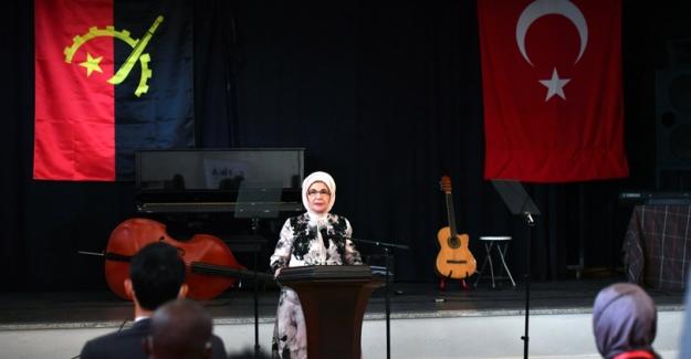Emine Erdoğan, Angola'nın Başkenti Luanda'da Rangel Kadın Mesleki Eğitim Merkezi'ni Ziyaret Etti