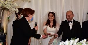 Evlilik Cüzdanlarını Meral Akşener'in Elinden Aldılar...