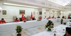 Cumhurbaşkanı Erdoğan, Millî Sporcular İle İftar Yemeğinde Bir Araya Geldi