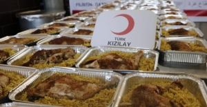 Kızılay Gazze'de Okullara Sığınanlara Sıcak Yemek Dağıtımına Başladı