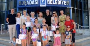 Minik Jimnastikçilerden Kuşadası Belediyesi'ne Ziyaret