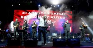 Kuşadası'nda Zafer Bayramı Coşkusu Volkan Konak Konseri İle Zirve Yaptı